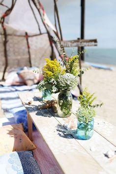 #deco Un camping inspiré sur la plage, cabane et tipi en bois flotté, coquillages et crustacés, sur le sable abandonnés... des idées pour planter le décor direct sur le sable...