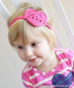 Free crochet pattern for this kids crochet heart headwrap/headband. #crochet #heart #valentines