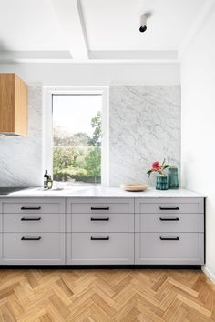 Carrara Marble makes the perfect backdrop for this kitchen designed by @tallisarchitect and photographed by @emily_bartlett_photography . Cabinetry by @cosinteriors   #cdkstone #carraramarble #carrara #marble #naturalstone #naturalbeauty #naturesmasterpiece #designinspiration #kitcheninspiration