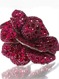 Feito de rubi e diamantes, o broche assinado por JAR foi vendido por 4,3 milhões de dólares