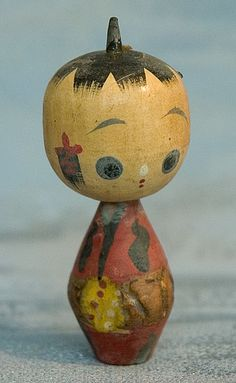 """This is a """"naruko"""" style kokeshi with a special neck joint which allows the doll to squeak when the head is turned. Paper Dolls, Art Dolls, Making Wooden Toys, Vintage Japanese, Japanese Doll, Antiques Roadshow, Art Asiatique, Origami, Wooden Ornaments"""