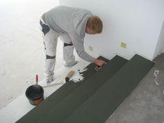 Der Treppenkorpus ist aus Holz, Dennis macht daraus gerade eine Betontreppe.