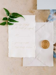 Feast your eyes on this clean, Minimalist Wedding Inspiration, which proves that less can be more!⁣ ⁣ Many people think that having a minimalist wedding means having a modern one. However, you can have a minimalist wedding that's also classic at the same Handmade Invitations, Handmade Wedding Invitations, Wedding Stationery Trends, Wedding Paper, Gold Wedding, Invitation Paper, Timeless Wedding, Minimalist Wedding, Wedding Inspiration