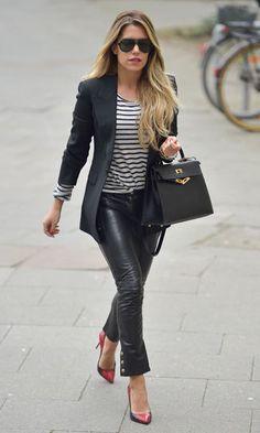 Amei este look com calça de couro, t-shirt listrada e long blazer. O scarpin vermelho texturizado e a clássica e elegante Kelly da Hermés, complementaram o visual despretencioso e muito estiloso!