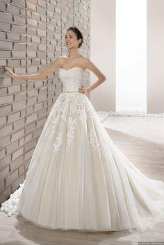 El más romántico y favorecedor de los escotes de vestidos de novia. Te traemos 80 vestidos con escote corazón para enamorarte.