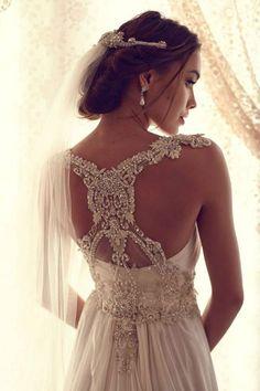 Margelele si cristalele vor da intotdeauna un aer aparte rochiei de mireasa. #rochiemireasa, #nuntasieveniment, #rochiemireasamargelute