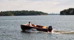 Täydellistä ajonautintoa. Ada-Ramses edustaa day cruiser tyyppisten mahonkiveneiden tulevaisuutta. Innovatiivinen ja uudenaikainen valmistustapa takaa huoltovapaamman ja kestävämmän puuveneen. www.studiowooddesign.fi