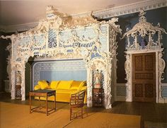 Chinoiserie Chic: Blue and Yellow Chinoiserie Classical Interior Design, English Interior, Alcove Bed, Yellow Sofa, Asian Interior, Chinoiserie Chic, Historic Homes, House Design, Architecture