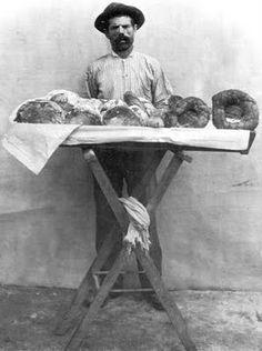 Vendedor de pão doce. Rio de Janeiro, 1895. Foto de Marc Ferrez.