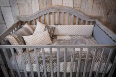 Grey patchwork baby bedding, shabby chic, gender-neutral, 6 pieces. beberococo.com