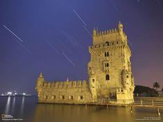Foto y el título por Miguel Claro El camino de la estrella Sirio (a la izquierda), y la constelación de Orión bien sabido, se ponía detrás de la Torre de Belém, que se ha convertido en uno de los símbolos de la ciudad de Lisboa. Es un monumento al poder portugués en el siglo de los grandes descubrimientos.