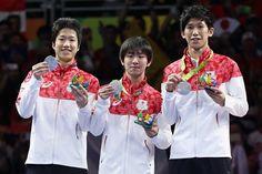 日本の男子卓球団体で初となるメダルは銀。(左から)水谷、丹羽、吉村は笑顔で表彰台に立った【Getty Images】