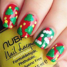 Diseño de uñas navideño con pinos y gorros navideños