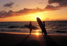 """El sol y las olas te esperan en nuestro Kaua'i Marriott Resort en Hawái. Es tu #PrivilegioMarriott pasarte el día haciendo """"surfing."""""""