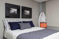 No quarto de hóspedes no piso inferior, a roupa de cama traz uma composição de listras e xadrez. Sidney Quintela do SQ+ Arquitetos Associados assina a casa em Salvador (BA)