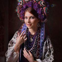 Des-portraits-de-femmes-avec-des-couronnes-de-fleurs-traditionnelles-ukrainiennes-4