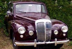 La Daimler Conquest, cette ancienne voiture fut produite de 1953 à 1956, cette Daimler Conquest de 1953 mesure 1.67 mètres de large, 4.5 mètres de long, et a un empattement de 2.64 mètres.