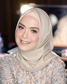 Make up simple ala mba ku 🖤 Beautiful Muslim Women, Beautiful Hijab, Bridal Makeup Looks, Bride Makeup, Hijab Makeup, Hijab Style Tutorial, Kebaya Dress, Wedding Couple Poses Photography, Hijab Collection