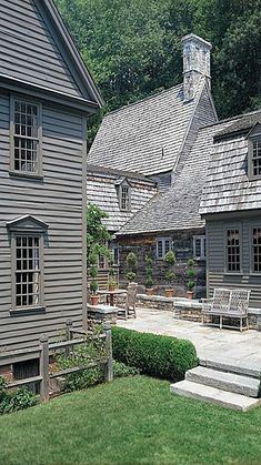 Finding myself on a stone house kick lately. This monochromatic version with a courtyard feature feels both fresh, yet full of heritage. Colonial Exterior, Exterior Paint, Exterior Design, Exterior Angles, Gray Exterior, New England Homes, New England Style, Saltbox Houses, Old Houses