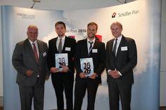 Norbert Schüßler (links) und Professor Hegger, Prodekan der Fakultät für Bauingenieurwesen der RWTH (rechts), überreichen den RWTH-Studierenden Nicolas Pauen und Matthias Rüthers den Schüßler-Preis 2016.
