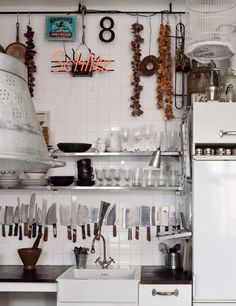 Knives, magnetic knife holder- got it, it' going in! my scandinavian home: An artists home in Stockholm, Sweden Smart Kitchen, New Kitchen, Kitchen Decor, Organized Kitchen, Awesome Kitchen, Kitchen Organization, Eclectic Kitchen, Kitchen White, Beautiful Kitchen