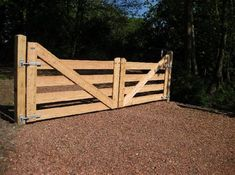 New fence idea for farm Driveway Fence, Wood Fence Gates, Wooden Garden Gate, Timber Gates, Wooden Gates, Diy Fence, Fence Landscaping, Wooden Fence, Farm Gate