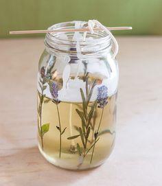 蜜蝋を、湯せんで加熱して溶かし、エッセンシャルオイルを落として混ぜます。少量を筆にとって、押し花をガラス瓶内側に貼りつけていきます。下は座金、上は串や割りばしなどで、芯の位置を固定しておきます。溶けた蜜蝋をガラス瓶に注ぎましょう。