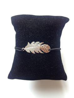 Bracelet Plume argenté sur élastique. Taille Ajustable