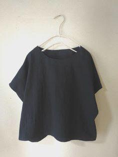 簡単フレンチスリーブのブラウスの無料型紙と作り方について書きます。シンプルで大人っぽく、着回ししやすいブラウスです。半袖に見えますが、袖付けなし!とても簡単で半日~2日で完成できると思います。以前公開した直線ブラウスよりも袖を7cm長くして Sewing Clothes, Diy Clothes, Linen Dress Pattern, Fashion Drawing Tutorial, Japanese Sewing, Dress Making Patterns, Spring Tops, Love Sewing, Elegant Outfit
