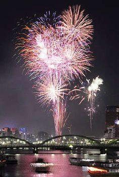 Festival de fuegos artificiales en el río Sumida (Tokio)