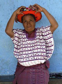 Mujer de Santiago Atitlán colocándose su tocoyal sobre la cabeza
