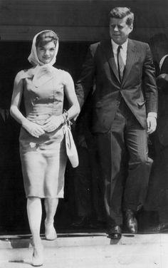 Vote for Kennedy John Kennedy, Jackie Kennedy Style, Les Kennedy, Jacqueline Kennedy Onassis, Dc Vibe, Familia Kennedy, Head Scarf Tying, John Fitzgerald, Pop Culture