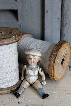 Sweet little doll. Vintage Dolls, Vintage Sewing, Antique Toys, Vintage Antiques, Doll Toys, Baby Dolls, Vintage Accessoires, Wooden Spools, Old Dolls