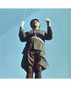Offizier der Nationalen Volksarmee dirigiert Armeeorchester ca. 1975 in Erfurt | Foto: Uwe Gerig