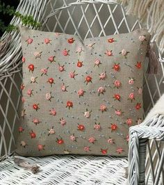Sweet embroidery: roses and dots Bullion knot roses & French knot dots. Sewing Pillows, Diy Pillows, Decorative Pillows, Cushions, Throw Pillows, Pillow Ideas, Silk Ribbon Embroidery, Hand Embroidery Patterns, Embroidery Applique