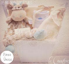 The Mr. Moo Baby Basketes una de nuestras canastas de bebé favoritas con un diseño y clásico y elegante que trasciende al tiempo con un feeling cálido y acogedor. Incluye un security blankie de im…