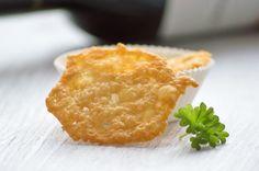 Käse #Chips schmecken köstlich zu einem guten Glas Rotwein. Für dieses Rezept verwenden sie kräftigen Bergkäse.