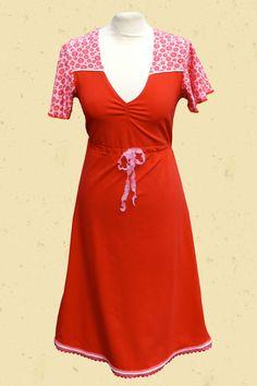 Rode jurk met roze schouderpas