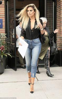 Camisa preta, lingerie aparente, calça jeans, scarpin bicolor