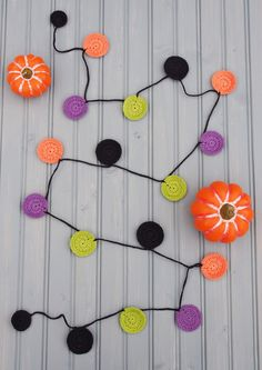 Quick and Easy Halloween Garland, free crochet pattern & tutorial by Lara Messer Crochet Fall, Halloween Crochet, Holiday Crochet, Crochet Cross, Cute Crochet, Crochet Bunting Pattern, Crochet Garland, Crochet Decoration, Crochet Patterns
