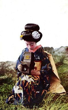 Maiko Hatsuko with Camera 1920s. S)