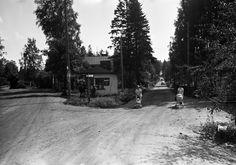 Puistola, Karrintien ja Puistolantien kulma.   Grünberg Constantin 6.8.1966   Helsingin kaupunginmuseo   negatiivi ja vedos, filmi paperi, mv