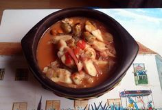 Cazuela de mariscos y tomate.