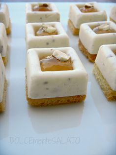 mini cheese-almond pannacottas on biscuit base, & beer geli filling (recipe in Italian -Mini savarin ai formaggi con gelatina di birra) Desserts With Biscuits, Mini Desserts, Appetizer Buffet, Savarin, Best Party Food, Meat Appetizers, Party Finger Foods, Creative Food, Food Design