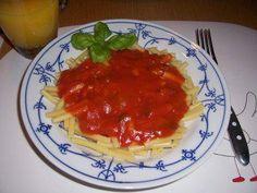 Das perfekte Pastasoße...Null-Punkte-Tomatensosse-Rezept mit einfacher Schritt-für-Schritt-Anleitung: Die Zwiebeln in Streifen schneiden,in etwas Öl in…
