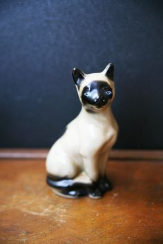 KITTY CAT  : Vintage Siamese Cat Ceramic Figurine