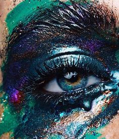 RA inspiration from one of our favorite Beauty makers @danielaglunz @swalina #makeupartist @caroline.torbahn #eyeshadow #pigment #makeup #closeup #eyes #tears #beauty #makeup #makeupaddict #makeupartist #eyes #editorial #editorialbeauty #editorialmakeup #RAinspiration presented by @juliakuzmenko by retouchingacademy