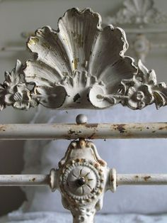 Antique French Bed / Metal charm in white. French Antiques, Vintage Antiques, Chinoiserie, Antique Beds, Antique Headboard, Antique Iron, Vintage Iron, Antique Chairs, Antique Furniture