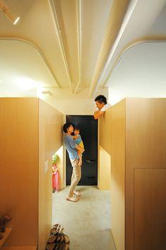 ごく一般的な天井高のマンション住戸を、立体的に切り分け、土間、寝室、子供室に。床面積をプラスする、機能的で大胆なプラン。   text_ Yasuko Mura