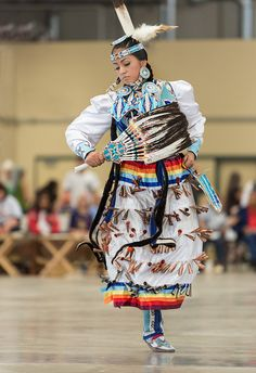 Jingle Dress is a Native American Powwow dance performed by women. The regalia is elaborately ornamented; the metal cones create percussive sound as the dancer moves. Native American Regalia, Native American Beauty, Native American History, American Indians, Indian Pow Wow, Native Indian, Jingle Dress Dancer, Navajo, Art Magique